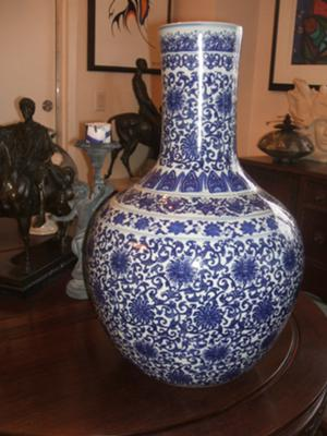 CHINESE BLUE AND WHITE LONG NECK whole vase